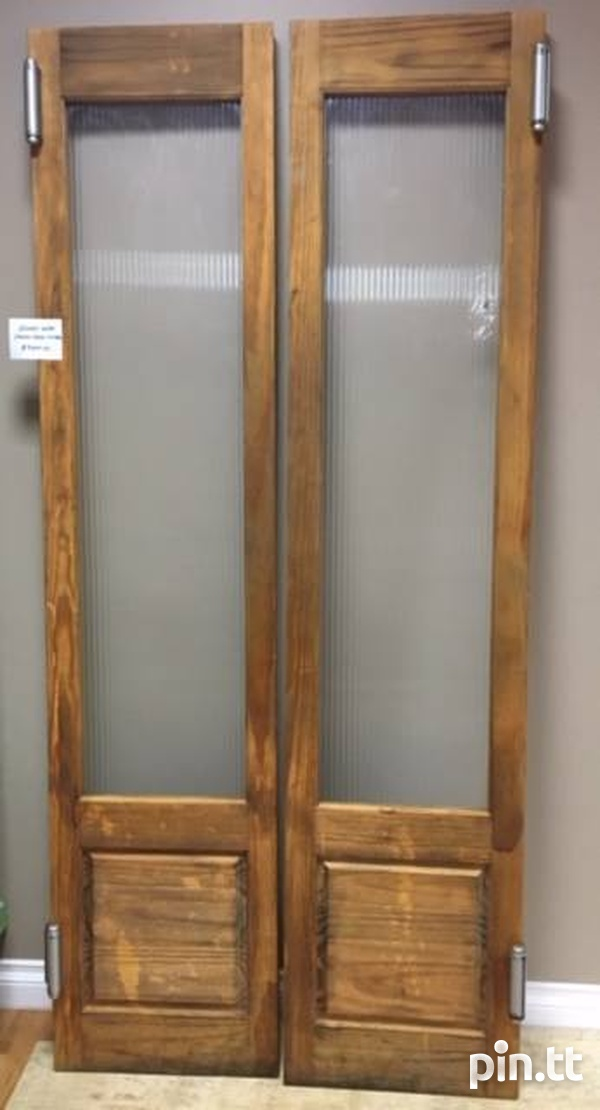 SALOON DOORS WITH SPECIAL HINGES